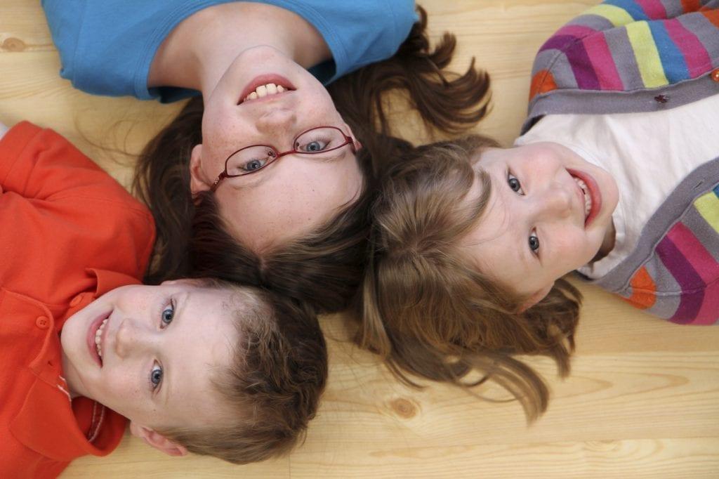 Barn som ligger på ett varmt golv